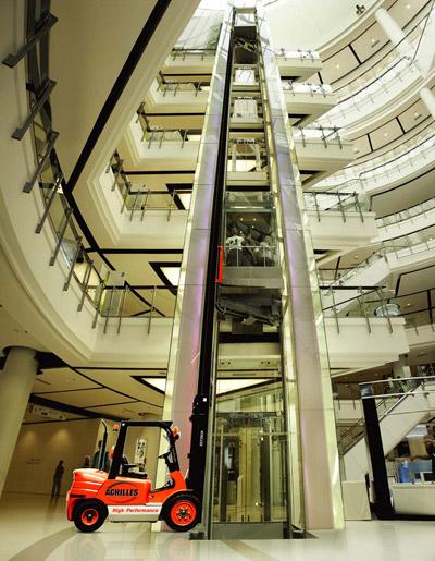 ach1 sm «Партизаны» открывают все новые рекламные возможности лифтов. Ambient для машин погрузчиков
