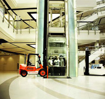 ach2 «Партизаны» открывают все новые рекламные возможности лифтов. Ambient для машин погрузчиков