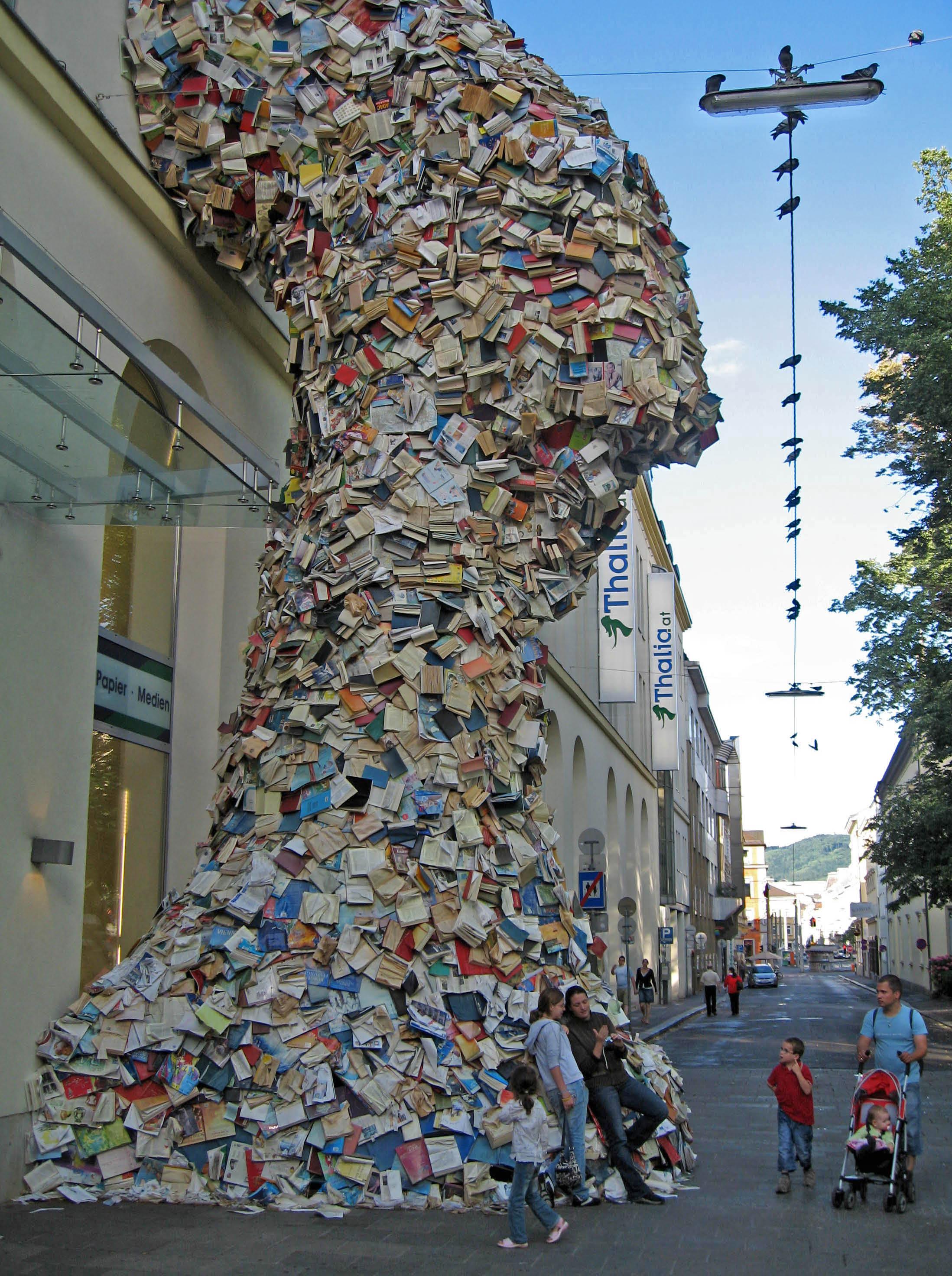 thaliabookstore1 Гигантская статуя из книг при входе в книжный магазин
